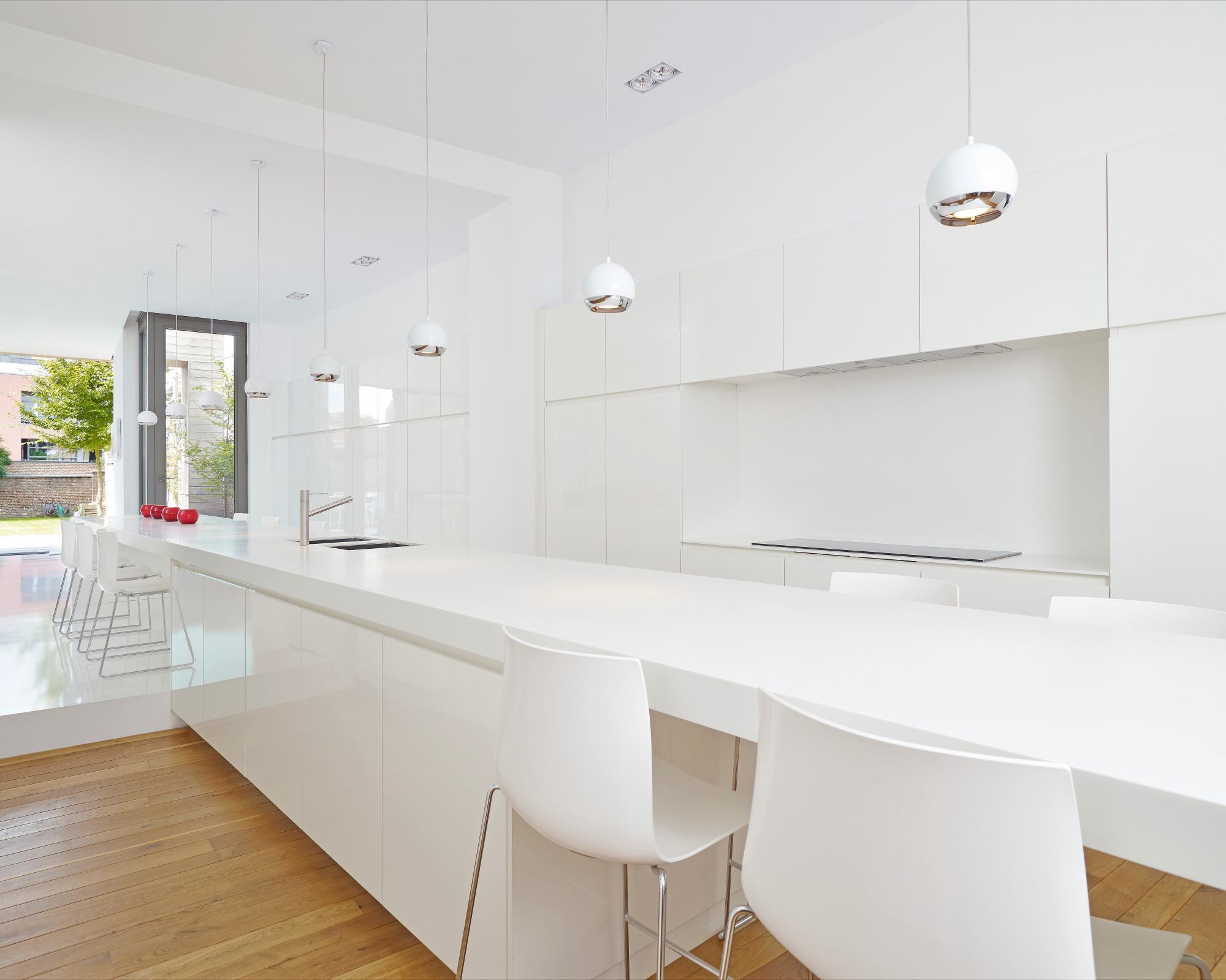 Geintegreerde keuken wastafel een badkamer met een schuine muur